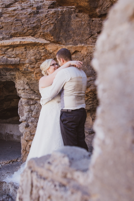 Brautpaar vor Felsen