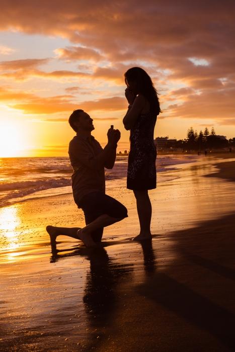 romantischer Heiratsantrag am Meer
